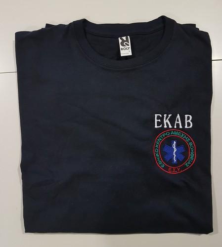 Κοντομάνικη μπλούζα με λαιμόκοψη με κεντήματα ΕΚΑΒ