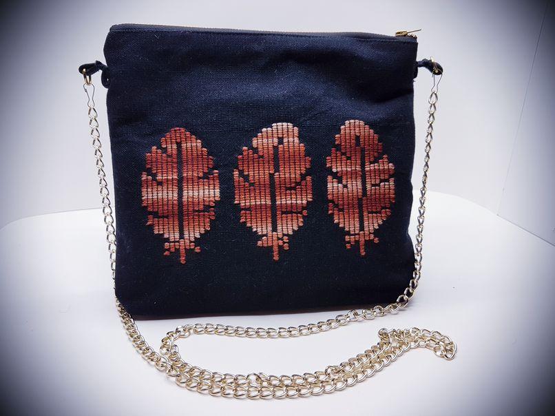 Υφαντή τσάντα ώμου με κέντημα φύλλων και αλυσίδα